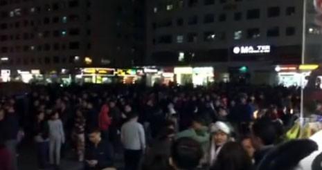 Cháy tầng 15 chung cư HH3A Linh Đàm, cư dân hoảng loạn tháo chạy  - Ảnh 1.