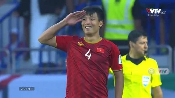 Sau 20 năm, bóng đá Việt lại tiếp tục được chứng kiến màn ăn mừng trùng hợp bất ngờ giữa Tiến Dũng và danh thủ Hồng Sơn - Ảnh 1.