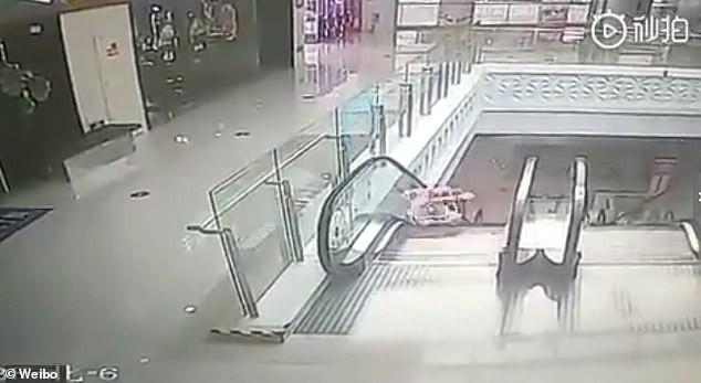 Thót tim cảnh bé 9 tháng tuổi ngã nhào xuống thang cuốn giữa trung tâm thương mại, xung quanh không một bóng người - Ảnh 2.