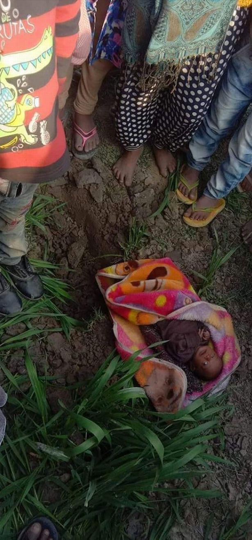 Bé sơ sinh 20 ngày tuổi sống sót kỳ diệu sau 3 tiếng bị mẹ chôn sống, lý do khiến mọi người thêm căm phẫn - Ảnh 1.