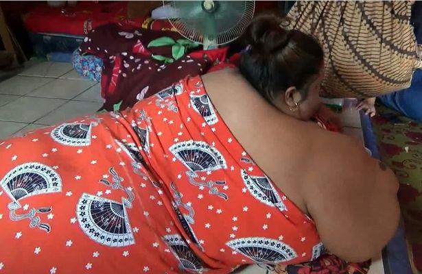 Lời khẩn cầu đau đớn của người phụ nữ béo nhất Indonesia, 6 năm không bước ra khỏi nhà, phải nằm sấp để ngủ - Ảnh 3.
