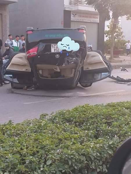 CLIP: Drift tông trúng lề, ô tô lật ngược kinh hoàng như phim hành động - Ảnh 3.