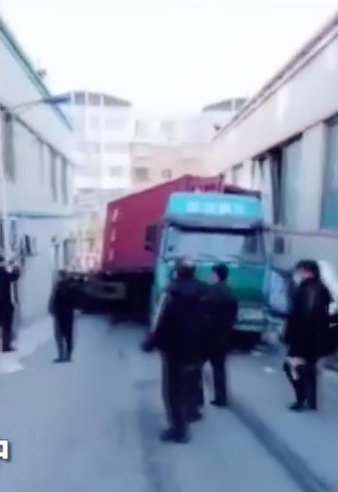 Đang nằm trong bệnh viện, bệnh nhân bị xe tải đâm thẳng vào giường bị thương - Ảnh 4.