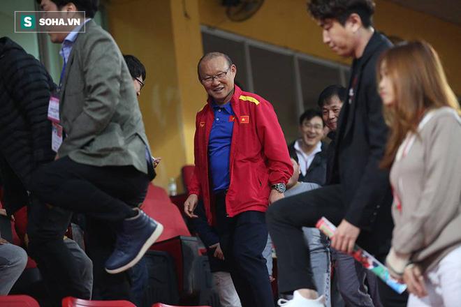 Vừa về tới Hà Nội, HLV Park Hang-seo đã vội vã cùng vợ dự khán xem U22 Việt Nam - Ảnh 5.