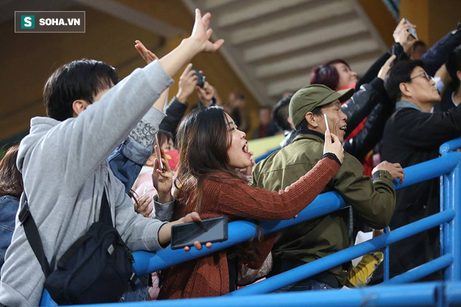 Vừa về tới Hà Nội, HLV Park Hang-seo đã vội vã cùng vợ dự khán xem U22 Việt Nam - Ảnh 2.