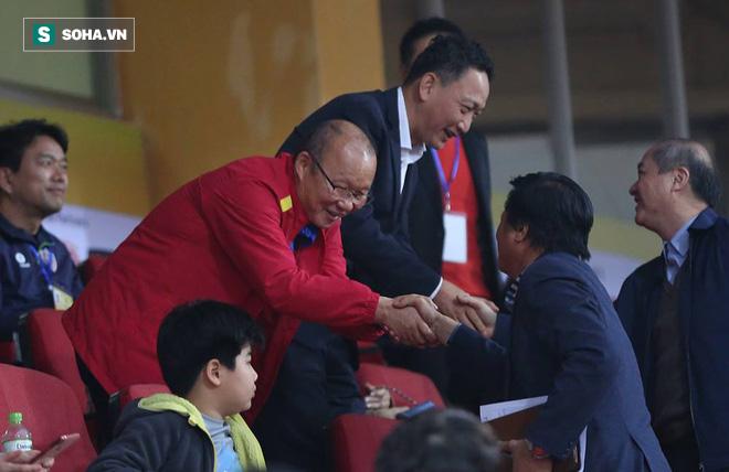 Vừa về tới Hà Nội, HLV Park Hang-seo đã vội vã cùng vợ dự khán xem U22 Việt Nam - Ảnh 6.