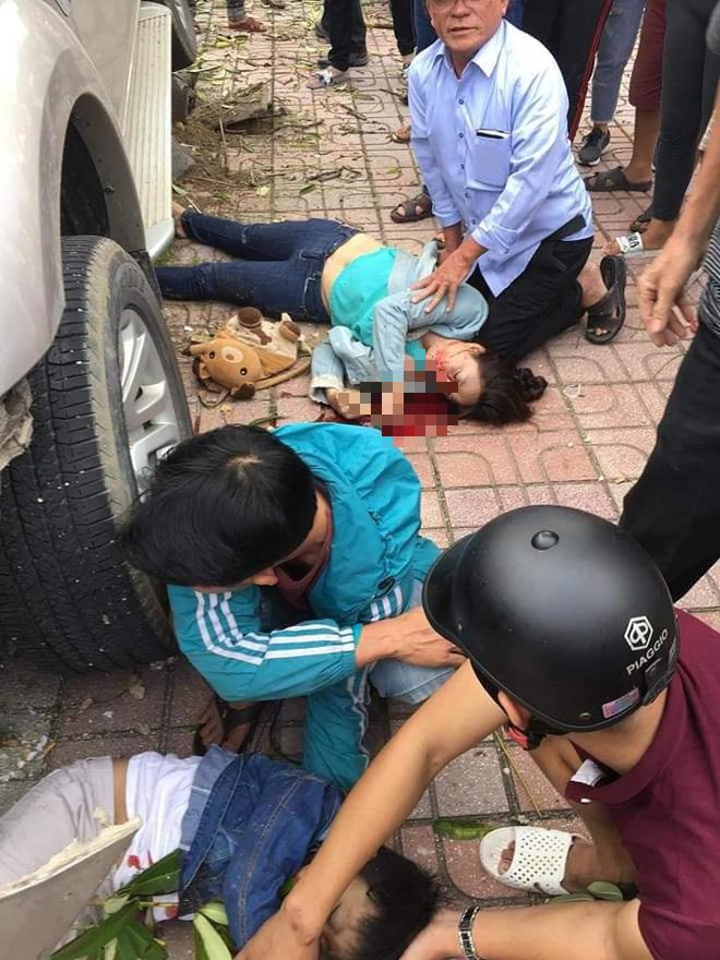 Ô tô điên lao lên vỉa tông chết bé trai 3 tuổi đứng đón xe buýt cùng mẹ - Ảnh 1.