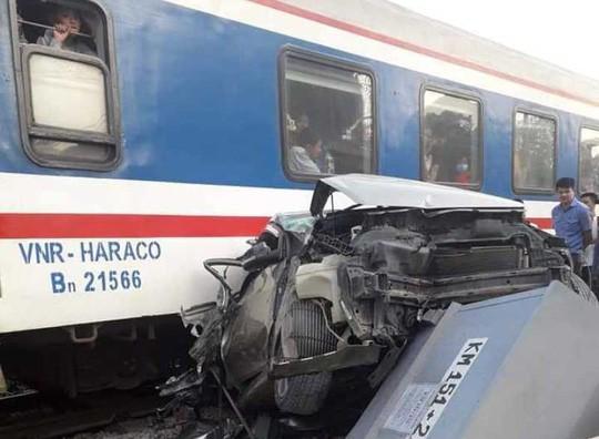 Cố tình vượt đường sắt, xe ô tô 4 chỗ bị tàu hỏa tông bẹp nát - Ảnh 2.