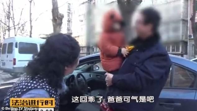 Tưởng đứa bé bị bắt cóc, người qua đường vội báo cảnh sát nhưng sự thật khiến họ ngã ngửa - Ảnh 2.