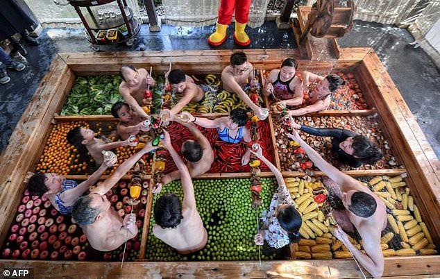 Khám phá lẩu người hút du khách tại Trung Quốc - Ảnh 1.