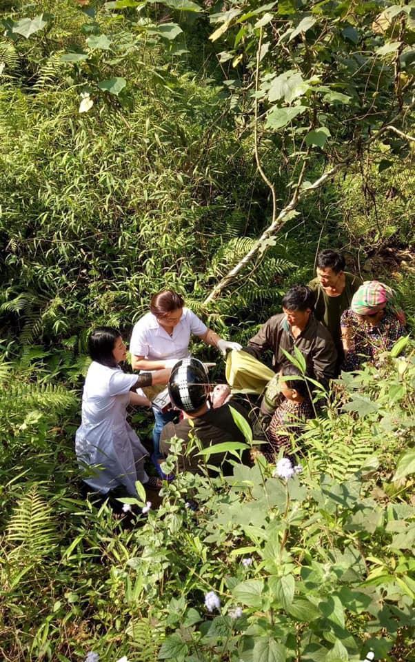 Chuyện hy hữu ngày 26 Tết ở Hà Giang: Bác sỹ đỡ đẻ cho thai phụ dưới khe núi sâu 10m - Ảnh 1.