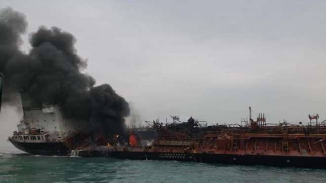 Cận cảnh tàu chở dầu treo cờ Việt Nam sau khi cháy ngùn ngụt ngoài khơi Hong Kong - Ảnh 5.
