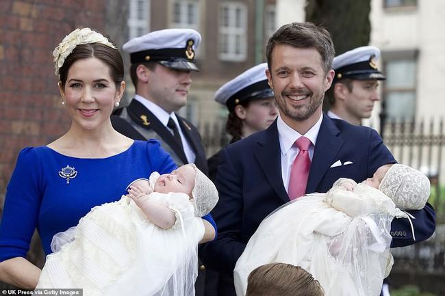 Cặp song sinh Đan Mạch trong ngày lễ rửa tội.