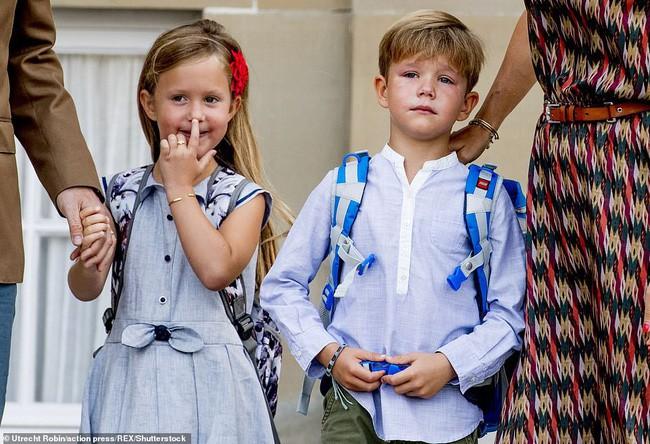 Ngày đầu tiên đi học của cặp song sinh. Trong khi Công chúa Josephine tỏ vẻ hào hứng thì Hoàng tử nhỏ lại sụt sùi nước mắt.