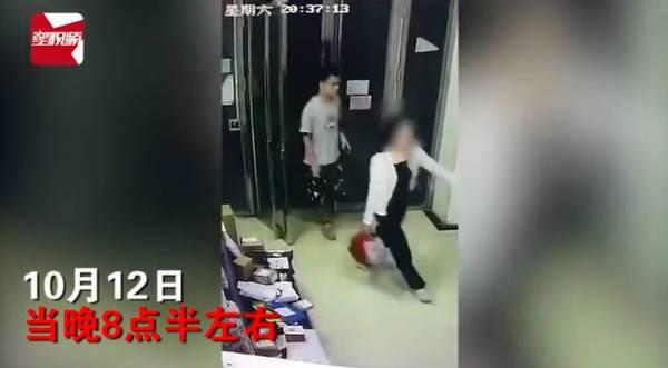Người đàn ông bất ngờ cúi xuống hôn mông 3 lần người phụ nữ chờ thang máy - Ảnh 1.