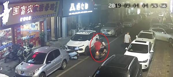 Cô gái trẻ đẹp say xỉn ngồi bên đường bị kẻ lạ bế lên xe đưa về nhà cưỡng dâm - Ảnh 1.