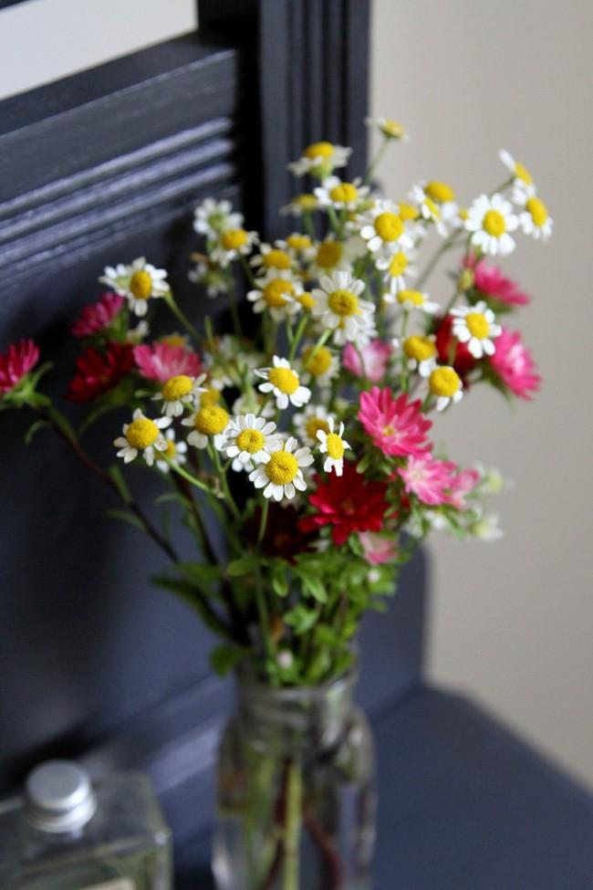 Những cách cắm hoa vừa dễ vừa đẹp trang trí nhà dịp Tết - Ảnh 2.
