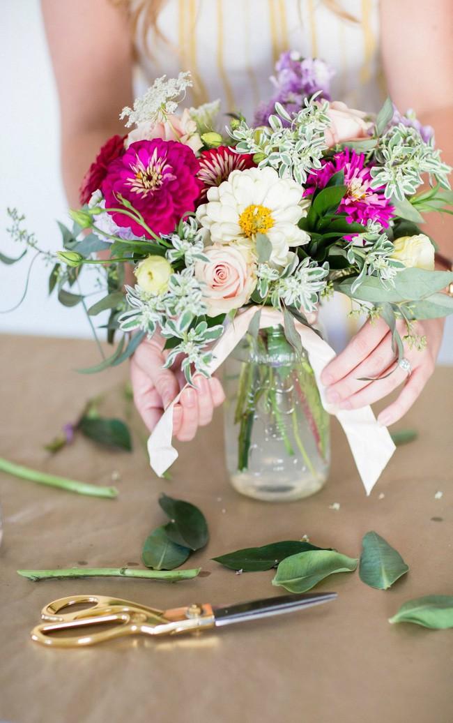 Những cách cắm hoa vừa dễ vừa đẹp trang trí nhà dịp Tết - Ảnh 6.
