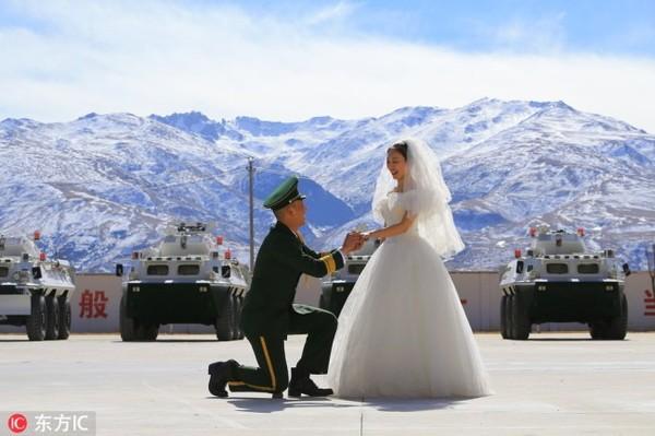 Cặp đôi tổ chức lễ cưới trên mái nhà của thế giới - Ảnh 1.