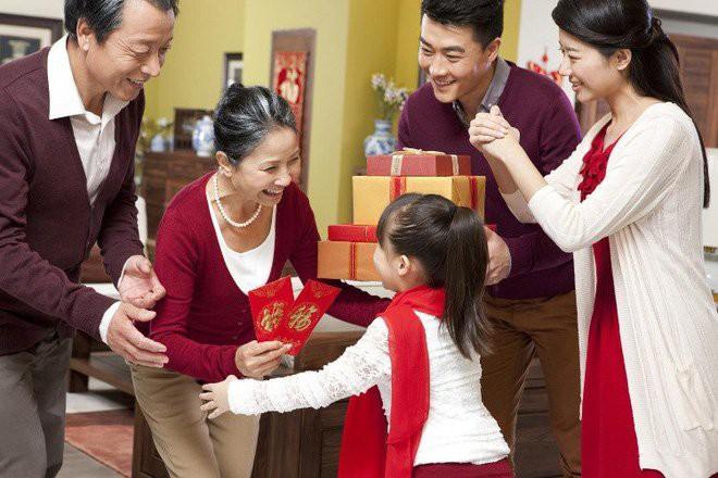 Người lớn lì xì cho trẻ con với mong muốn mang mang lại nhiều điều may mắn cho các em. (Ảnh minh họa: Tri thức trẻ)