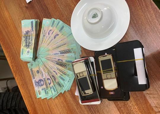 Liêp tiếp triệt phá 3 vụ đánh bạc lớn ngày Tết, thu giữ gần 400 triệu đồng - Ảnh 3