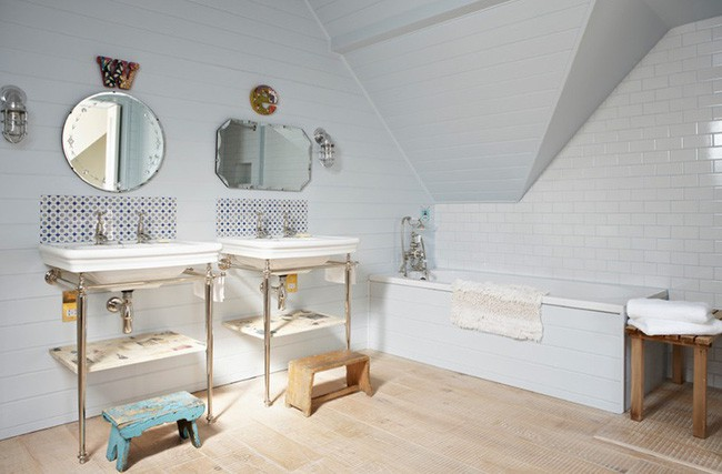 11. Căn phòng tắm không cần chăm chút nhiều, chỉ cần sắp xếp mọi thứ gọn gàng, sạch sẽ, thêm một miếng dán họa tiết trên bức tường phía dưới gương là đủ để thay đổi diện mạo căn phòng vốn quen thuộc này.
