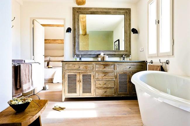 13. Không gian thư giãn vốn dĩ đã khá quen thuộc, bạn hãy tạo nên vẻ đẹp mới lạ bằng cách bỏ bớt rèm phòng tắm hay vứt đi những đồ dùng không thực sự cần thiết để căn phòng rộng và thoáng hơn.