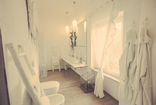 17. Góc phòng tắm với màu trắng mang đậm chất Vintage khi có thêm thang đựng đồ và đèn ấm áp thả trần.