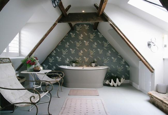 3. Căn phòngthư giãn của gia đình bạn nằm trên tầng áp mái sẽ như sang trọng và rộng hơn, sâu hơn nhờ việc làm đẹp cho một bức tường bằng giấy dán họa tiết chim hạc.