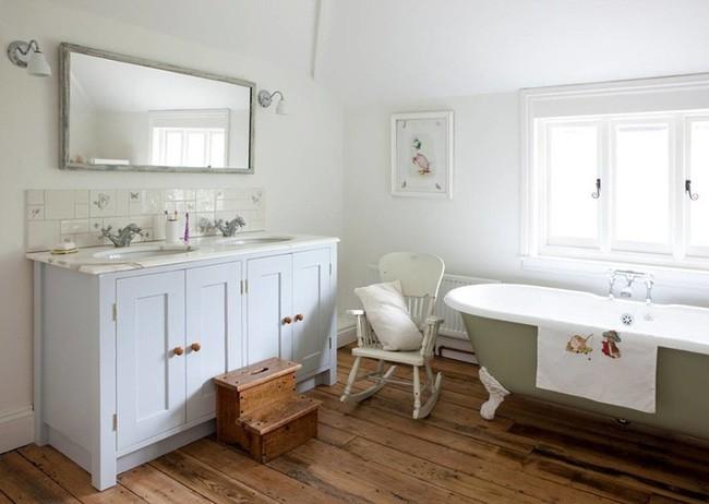5. Đặt thêm gối tựa trên chiếc ghế thư giãn trong phòng tắm, thay khăn tắm mới và treo một bức tranh đơn giản trên tường là đủ thổi làn gió mới mẻ, mát lành đến căn phòng thư giãn vốn quen thuộc này.