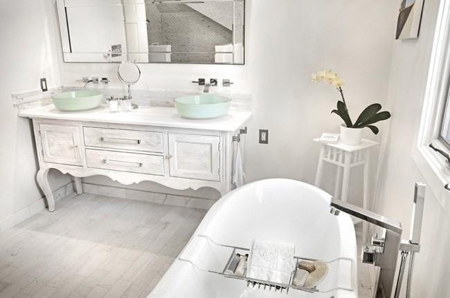 6. Một chậu lan xinh xinh được đặt trong phòng tắm, chắc chắn sẽ không khiến bạn tốn nhiều chi phí nhưng lại mang đến nhiều niềm vui cho mọi người khi sử dụng căn phòng vào những ngày mùa xuân đang gõ cửa.