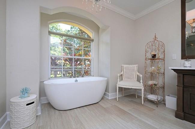 7. Bạn có thể dành thời gian chọn lựa mua những món nội thất mới dành cho phòng tắm. Không gian thư giãn của mọi người trong gia đình sẽ thêm gọn gàng và ấn tượng hơn khi có thêm kệ kim loại uốn cong nghệ thuật.