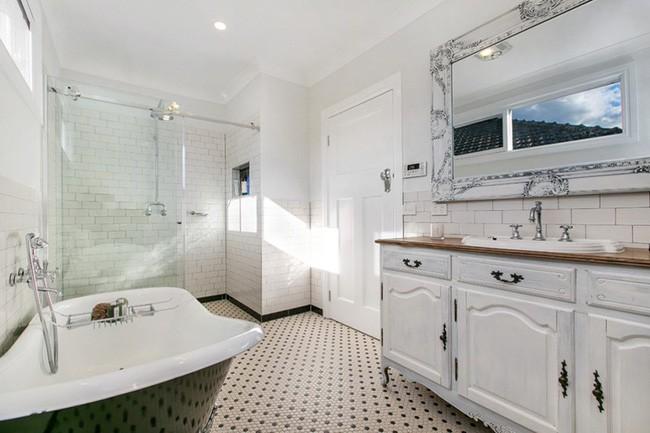 8. Góc thư giãn được sắp xếp và phân bố với đầy đủ các khu vực chức năng. Căn phòng này sẽ đẹp hơn, mới hơn khi được bạn sơn lại tủ đựng đồ phía dưới chậu rửa và khung gương treo tường.
