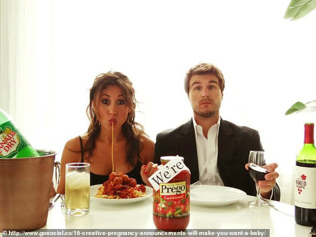Cặp vợ chồng này đã sử dụng một lọ nước sốt cà chua để tiết lộ mình đang có tin vui.