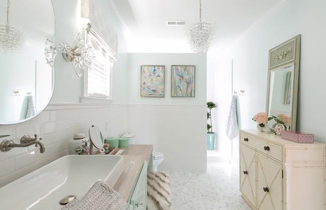 10. Góc phòng tắm đẹp nhờ diểm tô vật dụng trang trí và tranh treo tường với màu xanh ngọc lam.