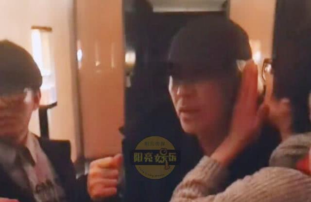 Fan bất ngờ chặn đường xin chụp ảnh, hành động của Châu Tinh Trì bị chỉ trích - Ảnh 1.