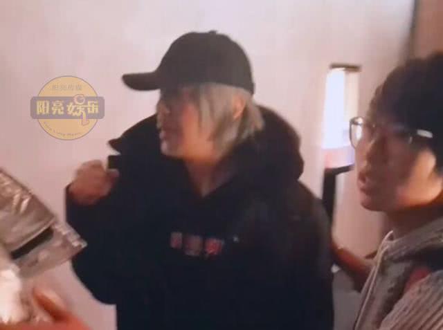 Fan bất ngờ chặn đường xin chụp ảnh, hành động của Châu Tinh Trì bị chỉ trích - Ảnh 2.