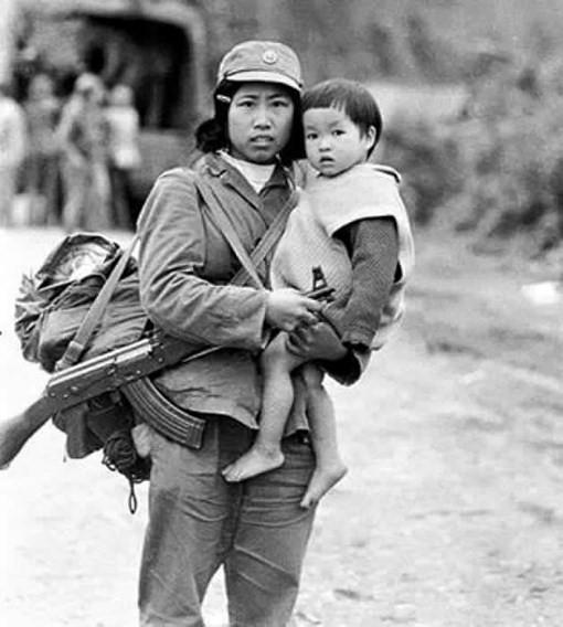 Bức ảnh cô bộ đội bế em bé trong chiến tranh biên giới 1979: Ngược dòng lịch sử qua lời nhân chứng - Ảnh 1.