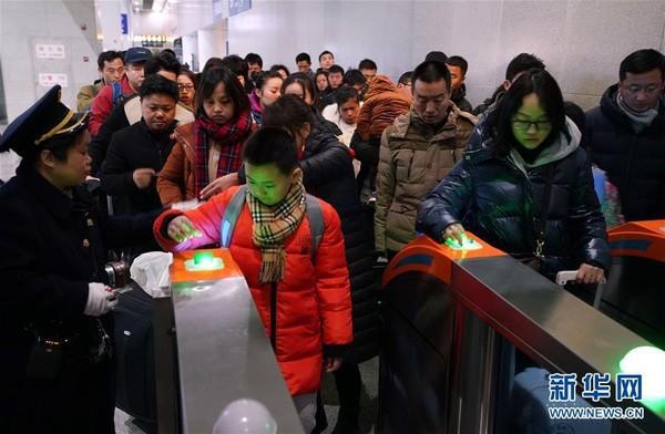 Người dân Trung Quốc ùn ùn kéo nhau về thành phố sau đợt nghỉ Tết - Ảnh 1.