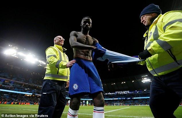 Chelsea thảm bại, cổ động viên tức giận ném vé xem cả mùa xuống sân - Ảnh 1.
