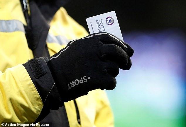 Chelsea thảm bại, cổ động viên tức giận ném vé xem cả mùa xuống sân - Ảnh 2.