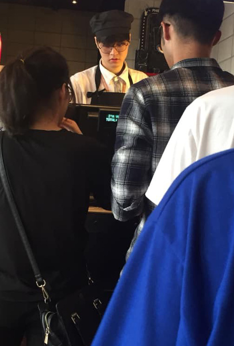 Nhân viên rạp phim có nhan sắc hao hao Ji Chang Wook, mới đầu năm lại phải hạ mình xin link - Ảnh 1.