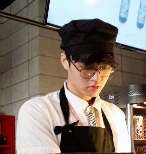 Nhân viên rạp phim có nhan sắc hao hao Ji Chang Wook, mới đầu năm lại phải hạ mình xin link - Ảnh 2.