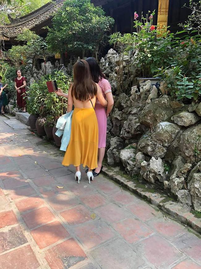 Đầu năm lên chùa lễ Phật, cô gái khiến ai cũng sốc vì mặc váy mỏng, hở cả tấm lưng trần - Ảnh 1.