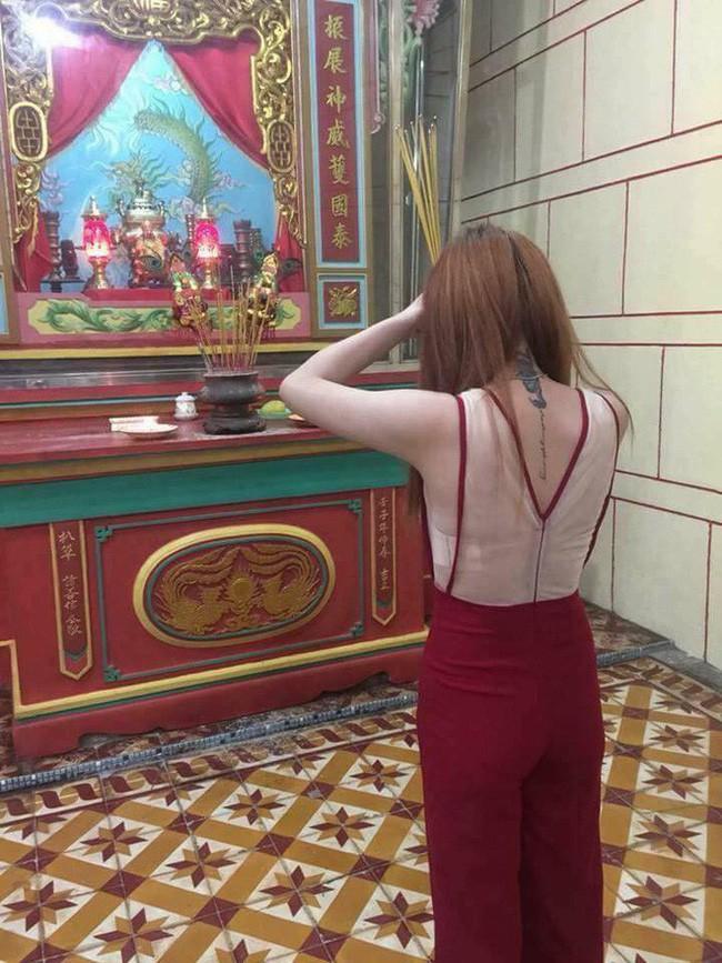 Đầu năm lên chùa lễ Phật, cô gái khiến ai cũng sốc vì mặc váy mỏng, hở cả tấm lưng trần - Ảnh 2.