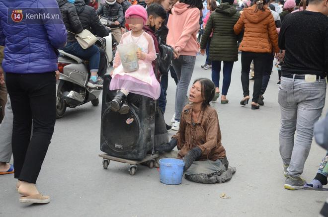 Bò, trườn, lê lết tại chợ Viềng, đội quân ăn xin, hát rong kiếm bộn tiền từ người dân - Ảnh 2.