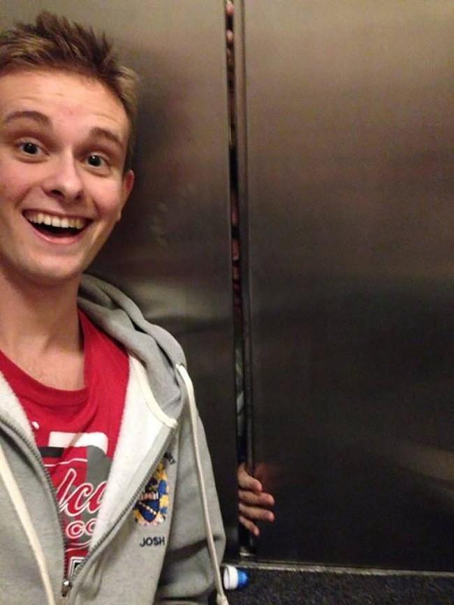 Đâu phải lúc nào cũng dễ dàng mắc kẹt trong thang máy như thế này? Tại sao không lưu lại khoảnh khắc đặc biệt để lưu lại kỷ niệm.