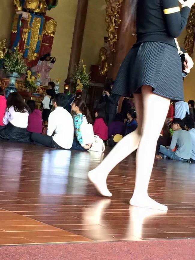 Đầu năm lên chùa lễ Phật, cô gái khiến ai cũng sốc vì mặc váy mỏng, hở cả tấm lưng trần - Ảnh 3.