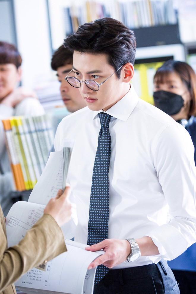 Nhân viên rạp phim có nhan sắc hao hao Ji Chang Wook, mới đầu năm lại phải hạ mình xin link - Ảnh 4.