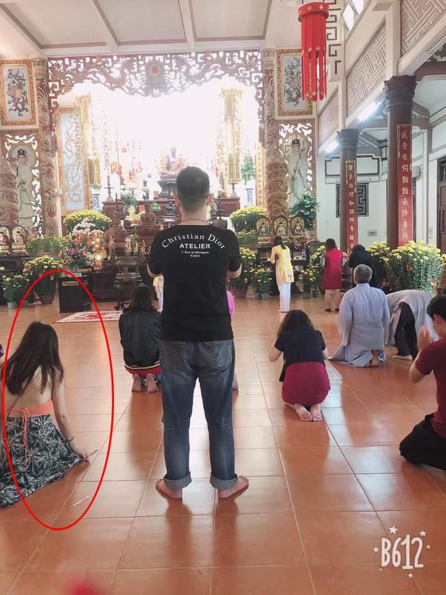 Đầu năm lên chùa lễ Phật, cô gái khiến ai cũng sốc vì mặc váy mỏng, hở cả tấm lưng trần - Ảnh 4.